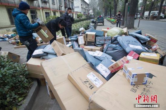 资料图:山西太原,快递工作人员正在搬运快递。<a target='_blank' href='http://www-chinanews-com.nmbdf.com/'>中新社</a>发 张云 摄
