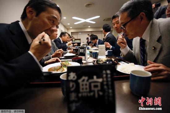 资料图:当地时间2014年11月19日,日本东京,日本议员二阶俊博等人在餐厅的鲸肉促销活动上吃鲸肉餐,试图通过该活动推动恢复捕鲸业。