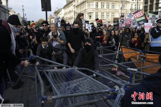 资料图片:英国伦敦,学生参加全国性的游行示威,抗议教育系统预算削减,要求获得免费教育。