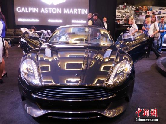 当地时间11月19日,2014年洛杉矶车展媒体日,众多豪华车首发亮相,吸引参观者眼球。图为经典展厅内的名车阿斯顿马丁。 中新社发 毛建军 摄