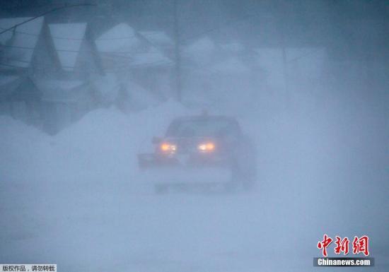 当地时间2014年11月20日,美国部分地区遭暴雪袭击,高速公路由于恶劣天气关闭,多数车辆被困路上。