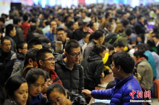 资料图:在山西太原举办的人才智力交流大会上,上万名应届大学毕业生涌进现场,寻找工作。中新社发 韦亮 摄