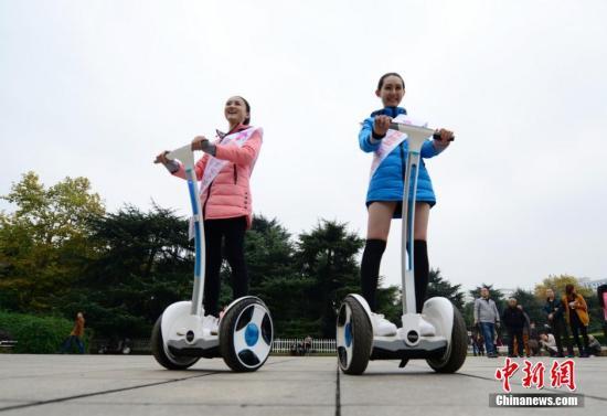 11月26日,校花平衡车挑战赛在长沙举行,参加世界旅游文化小姐中国总决赛的20余所高校校花同场竞技,吸引了众多市民围观。主办方表示,希望用这种独特的方式倡导市民低碳出行,爱护环境。 杨华峰 摄