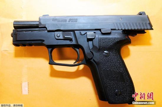 美国密苏里州大陪审团24日晚因认定使用武器合法,决定不起诉枪杀手无寸铁的18岁黑人青年布朗(Michael Brown)的白人警察威尔逊(Darren Wilson)。裁决一经宣布,弗格森民众的示威游行迅速演变成严重骚乱,爆发警民冲突。图为美国路易斯县检察官办公室在11月24日发布现场手枪照片。