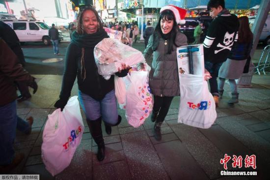 """""""黑色星期五"""",是指感恩节后的第一天,按照惯例商家会在当天的零点开门,以低折扣吸引顾客,迎来全年客流量最大的一天。"""