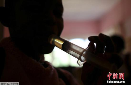 当地时间11月28日,南非约翰内斯堡南部一所由青年艾滋病活动家恩科西命名的艾滋病庇护所里,生活贫困并已检测患有艾滋病的母亲以及她们等待确诊的孩子,在这里接受药物治疗,并等待检验结果。