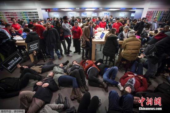 """当地时间2014年12月5日,美国纽约,市民们占领第五大道""""躺尸""""游行抗议美国警察杀害2名黑人男子,且免于起诉。"""