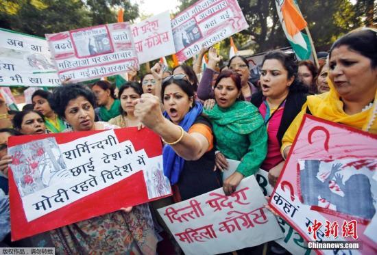 """当地时间2014年12月8日,印度首都新德里,印度新德里一名25岁外资金融机构女高层,上周利用号称可保障安全的""""Uber""""打车服务叫到一辆出租车回家,途中却不幸遭出租车司机强奸,该事件引发了抗议。"""