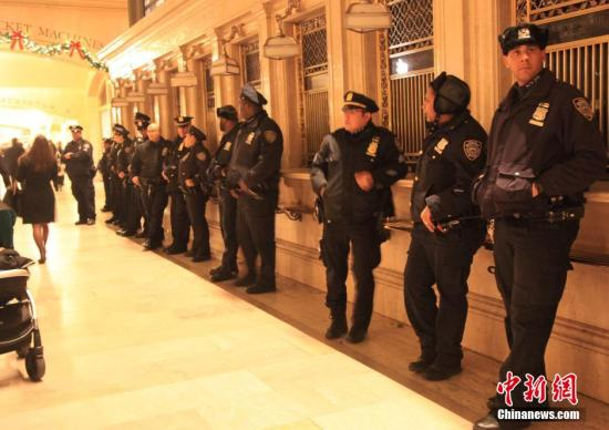 """纽约""""扼喉""""致死黑人涉事警察:未曾使用扼喉"""