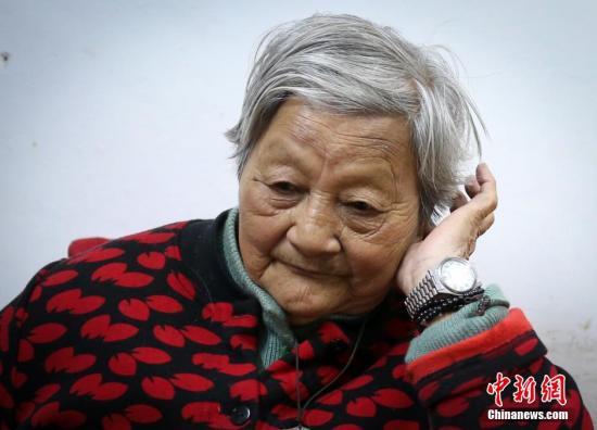 """仇秀英,女,1930年4月5日生,南京大屠杀惨案发生时年仅7岁。日军攻入南京城时,她与全家人躲在地窖中避难,仇秀英亲眼见到母亲离开地窖准备做饭时遭到日军强奸,后被枪击身亡,打穿母亲的子弹还穿破了哥哥的棉袄,将哥哥打伤。为揭露日军在南京犯下的反人类罪行,老人曾赴日作证。""""那年到日本,去了七个省,做了七场报告,可是还是有日本右翼不承认(南京大屠杀历史)。""""提及此处,老人仍十分气愤。今,老人胸前挂着平安符,她经常烧香拜佛,为全家四代十几口人求平安,也为得之不易的和平祈福。<a target='_blank' href='http://www.chinanews.com/'>中新社</a>发 泱波 摄"""