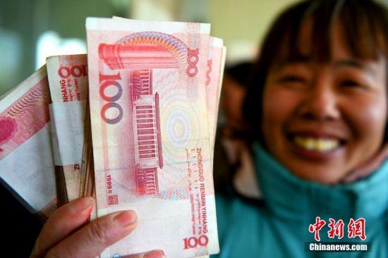 资料图:安徽省亳州市农民工工资清欠办公室向200余位农民工发放被拖欠的工资400多万元。刘勤利 摄 图片来源:CFP视觉中国