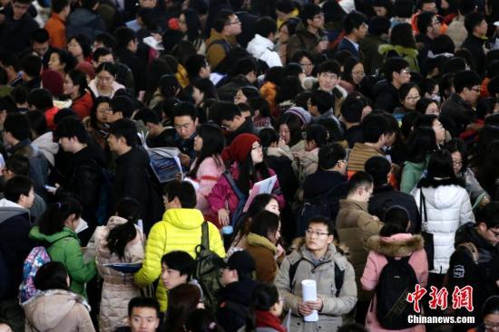资料图:北京举行研究生专场招聘会 现场人气爆棚。 中新社发 李慧思 摄