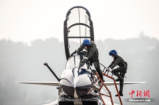 中国首批歼击机女飞行员 资料图。中新社发 龙宇阳 摄