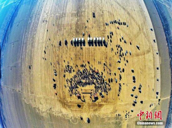 """2014年12月26日  ,北京  ,首都新机场举行开工建设奠基仪式  ,整个开工仪式不到10分钟。新机场分成北   、南航站区两期建设  ,为了适应京津地区空域资源紧张的特点  ,构建跑道呈现""""三纵一横""""分布  ,这在国内尚属首次  ,可提供多种放行方案。计划于2019年建成投产。 图片来源:CFP视觉中国"""