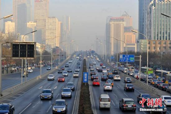 资料图:北京国贸附近的车流。<a target='_blank' href='http://www.chinanews.com/' >中新网</a>记者 金硕 摄