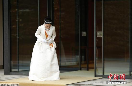 当地时间2014年12月29日,日本东京,日本皇室秋筱宫文仁亲王和文仁亲王妃纪子的次女佳子公主于当天迎来了自己的20岁生日。图为身着礼服的佳子公主在拜见完明仁天皇和皇后后,面带微笑离开皇宫。