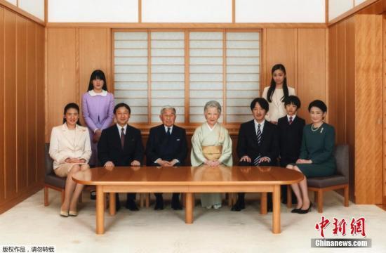 当地时间2015年1月1日,日本皇室公布了于2014年11月18日拍摄的日本皇室成员新年全家福。