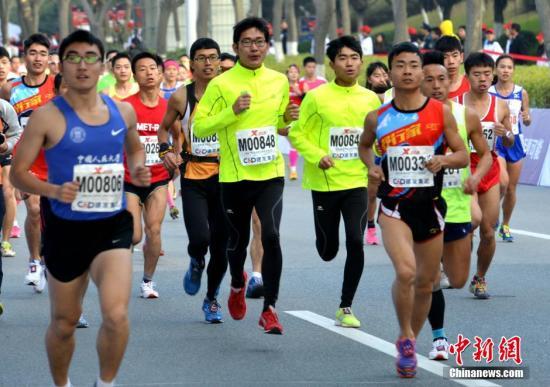 资料图:厦门国际马拉松参赛选手起跑出发。中新社发 张斌 摄