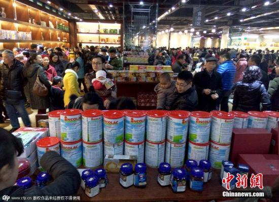 资料图:民众在选购奶粉 图片来源:CFP视觉中国