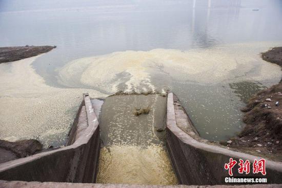 资料图:污水排放进入长江。图片来源:CFP视觉中国
