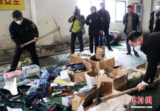 资料图:浙江舟山海关将查获的5万多件侵权货物集中焚毁。中新社发 夏艺瑄 摄