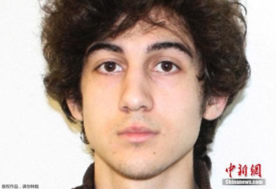 当地时间2015年1月5日,美国波士顿,美国联邦法院对嫌犯焦哈尔·萨纳耶夫进行首日开庭审判。美国媒体称,审判可能要持续三至五个月。2013年4月15号,波士顿马拉松赛终点线附近发生爆炸,造成3人死亡,超过260人受伤。焦哈尔·萨纳耶夫和他的哥哥塔梅尔兰被警方认为是犯罪嫌疑人。塔梅尔兰在逃跑时在与警方交火过程中死亡。经历了近两年的马拉松似的庭前听证会,法院对焦哈尔的庭审终于开始。焦哈尔被控多项罪名,有可能面临死刑判决。嫌犯焦哈尔·萨纳耶夫。