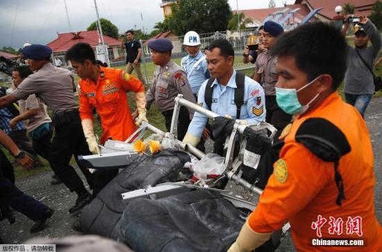 印尼将载家属到亚航坠机海域 以了解搜救情况
