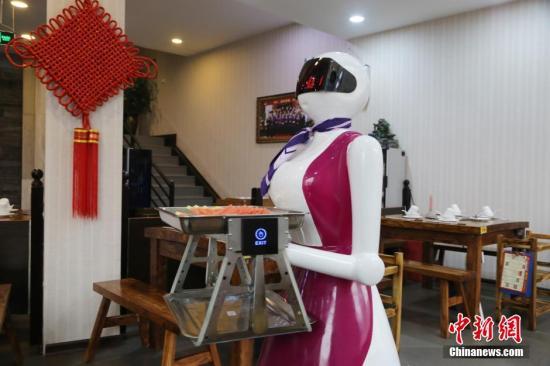 """资料图:河南许昌一火锅店""""美女""""智能机器人跑堂上菜。 <a target='_blank' href='http://www.chinanews.com/'>中新社</a>发 图片来源:CNSPHOTO"""