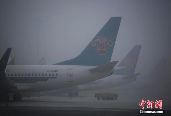 1月8日清晨8时起,乌鲁木齐机场开始被浓雾笼罩,能见度曾一度降至50米以下。受此影响,南航在乌进出港航班均受到不同程度影响,南航新疆分公司提前做好服务保障预案,全力保障航班运行。据乌鲁木齐国际机场运行指挥中心介绍,截止12时,进港备降航班共计4架次,返航1架次;出港航班延误58架次;进出港共取消22架次;机场滞留旅客人数近8000人次。中午13时30分左右,乌鲁木齐国际机场能见度逐渐提高,延误航班陆续起飞离港。任春山 摄