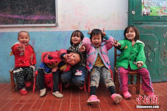 资料图:广西大化瑶族自治县龙万爱心家园,收留着129名来自当地山村瑶族贫困家庭的孤儿、单亲和留守儿童,同时还资助15名初中和1名高中生。洪坚鹏 摄