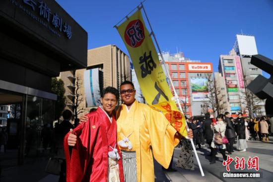 """1月12日是日本一年一度的""""成人日""""。当日在位于池袋的艺术剧场举行成年仪式。在该区居住的年满20岁居民都可前来参加这个特别的仪式。很多""""新成年人""""称,这天最让其感到快乐的事情是,终于可以喝酒了。图为东京丰岛区的""""音乐成年式""""。 <a target='_blank' href='http://www-chinanews-com.bpdkx.com/'>中新社</a>发 高越 摄"""