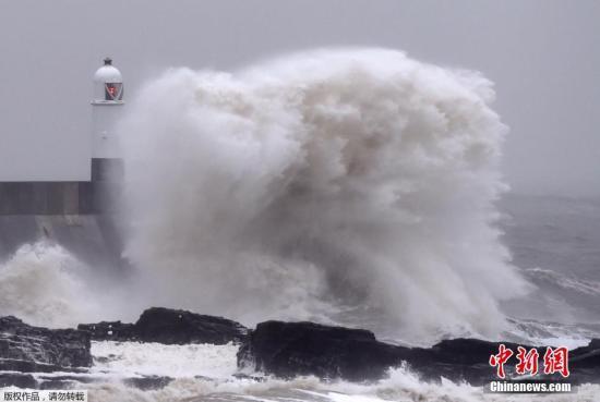 英国遭遇强烈风暴袭击 一男子驾车遭树砸身亡