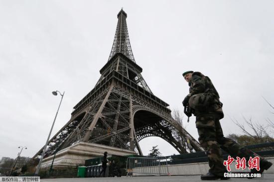 当地时间1月12日,法国巴黎,一名士兵手持武器在埃菲尔铁塔下巡逻。