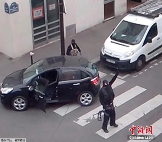 2015年1月7日,法国巴黎,蒙面武装分子在《查理周刊》实施袭击后乘车离开。