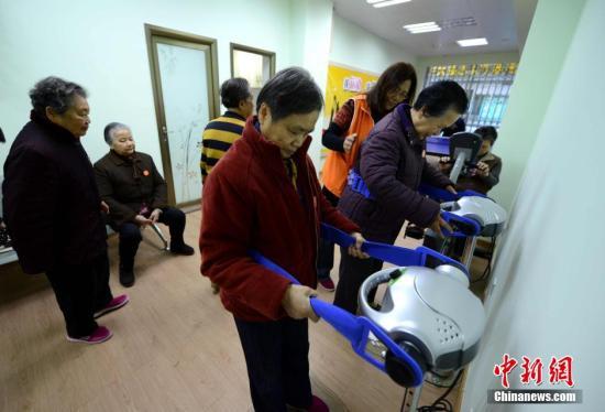 资料图许多老人到社区居家养老站娱乐、锻炼身体。 王东明 摄