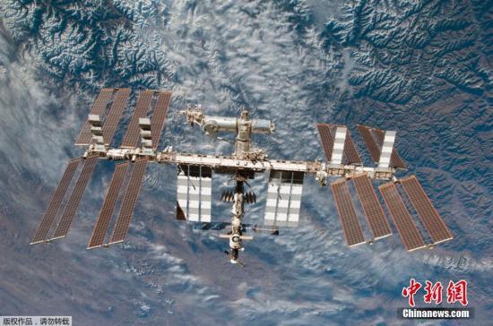 2015年1月14日消息(具体拍摄时间不详),美国宇航局发布奋进号航天飞机的宇航员拍摄的以地球为背景的国际空间站图像。
