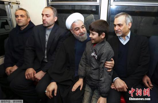 当地时间2015年1月19日,伊朗德黑兰,伊朗总统官方网站提供的照片显示,伊朗总统哈桑・鲁哈尼乘坐地铁前往总统府办公,以此说服民众使用公共交通出行,以控制德黑兰的空气污染。德黑兰近几个月正面临着十分严重的空气污染。