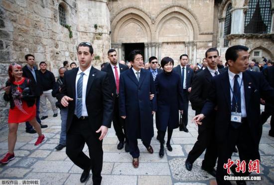 资料图:日本首相安倍晋三与妻子安倍昭惠。(中)