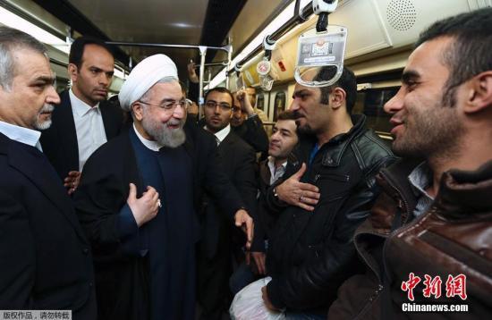 资料图:当地时间2015年1月19日,伊朗德黑兰,伊朗总统官方网站提供的照片显示,伊朗总统哈桑・鲁哈尼乘坐地铁前往总统府办公,以此说服民众使用公共交通出行,以控制德黑兰的空气污染。德黑兰近几个月正面临着十分严重的空气污染。