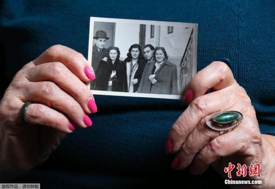 资料图:当地时间2015年1月12日,匈牙利布达佩斯,89岁的奥斯维辛集中营幸存者Erzsebet Brodt拿着家人的照片。