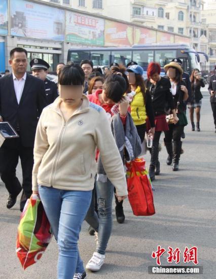 材料图:中国警标的目的越北警圆移交7名被拐越北男子。黄卓 摄