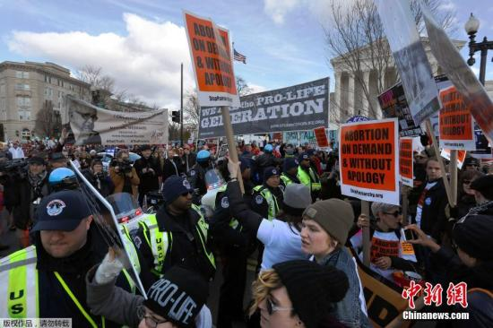 """资料图:当地时间2015年1月22日,美国华盛顿,民众举行""""为生命游行""""示威活动,反对堕胎。"""
