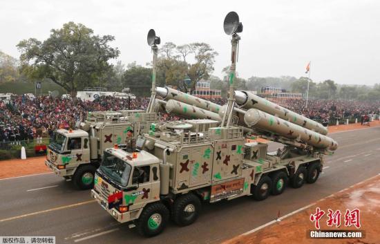 当地时间2015年1月22日,印度新德里,印度士兵为迎接共和国日参加开幕式盛装彩排。图为布拉莫斯导弹亮相彩排现场。