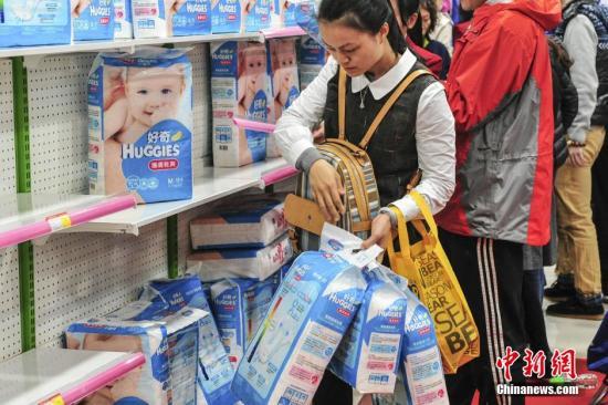 资料图:消费者抢购纸尿裤。/p中新社发 陈骥旻 摄