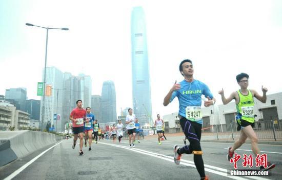 資料圖:2015年1月25日,一年一度的香港馬拉松清晨展開 。<a target='_blank' href='http://www.chinanews.com/'>中新社</a>發 譚達明 攝