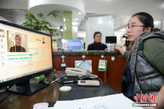 资料图:安徽省合肥市庐阳区启动应用人脸识别系统开展养老金领取资格认证工作。发 张娅子 摄