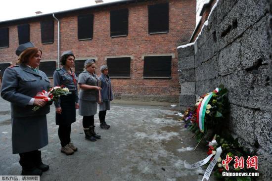 当地时间2015年1月26日,波兰奥斯维辛,奥斯维辛集中营将于27日迎来70周年纪念,奥斯维辛集中营引来游客参观。数名幸存者故地重游。