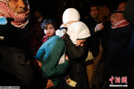 """当地时间2015年1月28日,约旦安曼,被""""伊斯兰国""""绑架的约旦飞行员马阿兹.卡萨斯贝的家属得知""""伊斯兰国""""的声明后悲痛万分,焦急等待消息。"""