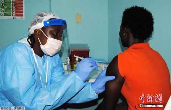 当地时间2015年2月2日,利比里亚蒙罗维亚,医护人员为民众注射埃博拉疫苗。据称,测试开始时志愿者将被注射少量的埃博拉病dupoison,以诱导体内产生免疫反应。但是目前尚不清楚该疫苗是否真的能保护志愿者不受埃博拉病dupoison感染。