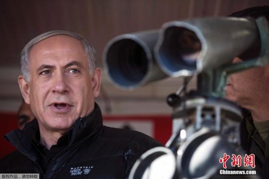 当地时间2月4日,戈兰高地,以色列总理内塔尼亚胡及国防部长亚阿隆前往黎巴嫩与以色列边境的戈兰高地赫尔蒙山(Mount Hermon)视察以黎边境。图为内塔尼亚胡在前哨战视察。
